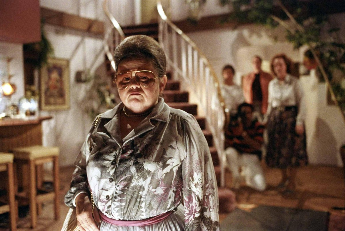 still-of-jobeth-williams,-oliver-robins-and-zelda-rubinstein-in-poltergeist-(1982)